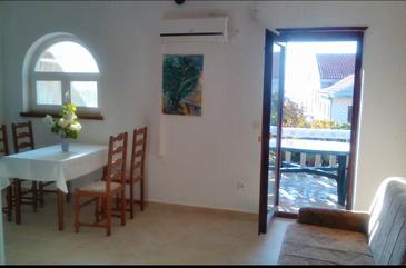 Njivice, Dnevni boravak u smještaju tipa apartment, dostupna klima i WiFi.