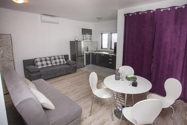 Sumpetar, Living room in the apartment, air condition available and WiFi.