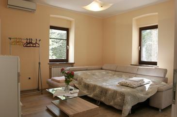 Opatija, Sala de estar in the apartment, air condition available, (pet friendly) y WiFi.