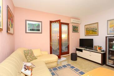 Podstrana, Camera de zi în unitate de cazare tip apartment, aer condiționat disponibil şi WiFi.