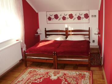 Kneževi Vinogradi, Spalnica v nastanitvi vrste room, dostopna klima.