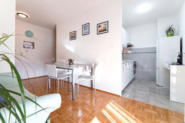 Split, Jídelna v ubytování typu apartment, s klimatizací, domácí mazlíčci povoleni a WiFi.