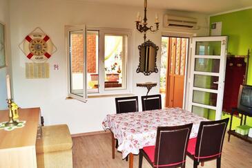 Krilo Jesenice, Jedáleň v ubytovacej jednotke apartment, klimatizácia k dispozícii, domáci miláčikovia povolení a WiFi.