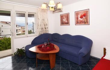 Slatine, Salon dans l'hébergement en type apartment, climatisation disponible, animaux acceptés et WiFi.