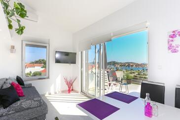 Tribunj, Obývací pokoj v ubytování typu apartment, s klimatizací a WiFi.