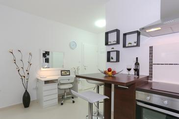 Tribunj, Dining room in the studio-apartment, WiFi.