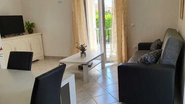 Vodice, Obývací pokoj v ubytování typu house, s klimatizací a WiFi.