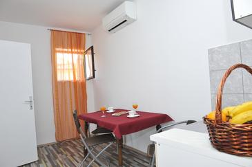 Baćina, Jídelna v ubytování typu studio-apartment, dostupna klima, dopusteni kucni ljubimci i WIFI.