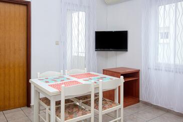 Pirovac, Jídelna v ubytování typu studio-apartment, s klimatizací a WiFi.