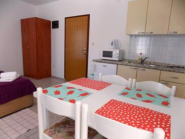 Pirovac, Eetkamer in the studio-apartment, air condition available en WiFi.