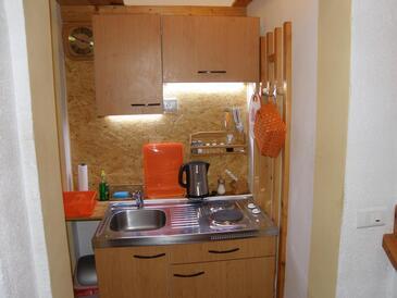 Omiš, Kuhinja u smještaju tipa studio-apartment, kućni ljubimci dozvoljeni i WiFi.