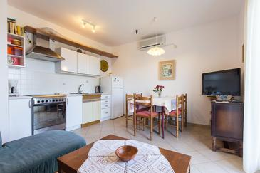 Krk, Sufragerie în unitate de cazare tip apartment, aer condiționat disponibil şi WiFi.