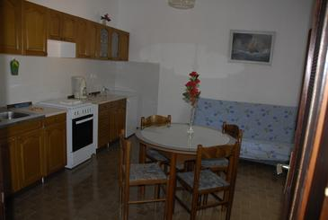 Senj, Eetkamer in the apartment, air condition available, (pet friendly) en WiFi.