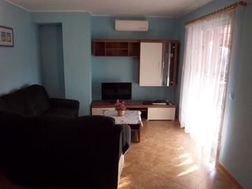 Flengi, Living room in the apartment, air condition available, (pet friendly) and WiFi.