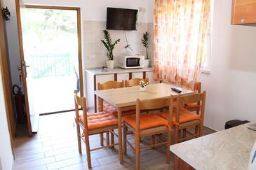Zlarin, Sala da pranzo nell'alloggi del tipo apartment, condizionatore disponibile, animali domestici ammessi e WiFi.