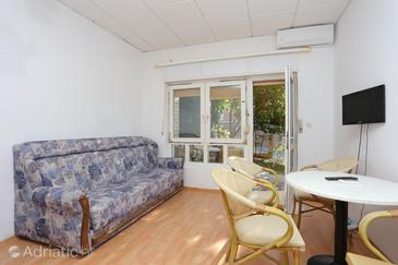 Dugi Rat, Living room in the studio-apartment, air condition available and WiFi.