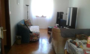 Cres, Living room in the apartment, air condition available and WiFi.