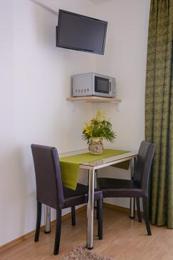 Trogir, Dining room in the studio-apartment, air condition available and WiFi.