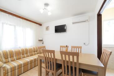 Prižba, Jídelna v ubytování typu house, s klimatizací a WiFi.