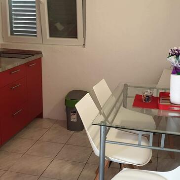 Nin, Jídelna v ubytování typu studio-apartment, domácí mazlíčci povoleni a WiFi.