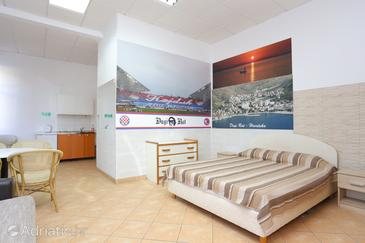 Dugi Rat, Living room in the apartment, air condition available and WiFi.