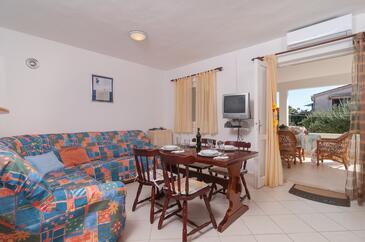 Rogoznica, Dnevni boravak u smještaju tipa apartment, dostupna klima, kućni ljubimci dozvoljeni i WiFi.
