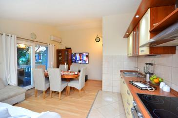 Marina, Jídelna v ubytování typu house, s klimatizací, domácí mazlíčci povoleni a WiFi.