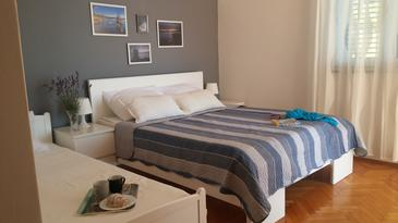 Brist, Bedroom in the room, air condition available and WiFi.
