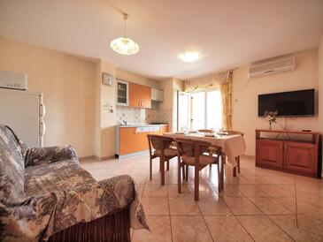 Srima - Vodice, Living room in the apartment, air condition available and WiFi.