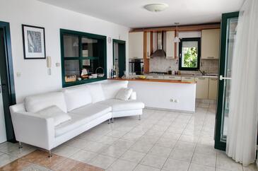 Zaostrog, Obývací pokoj 1 v ubytování typu house, s klimatizací, domácí mazlíčci povoleni a WiFi.