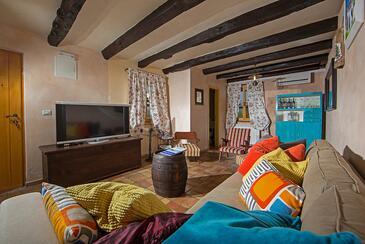 Katun Boljunski, Obývací pokoj 1 v ubytování typu house, s klimatizací, domácí mazlíčci povoleni a WiFi.