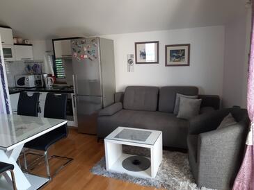 Gradac, Obývací pokoj v ubytování typu apartment, domácí mazlíčci povoleni a WiFi.