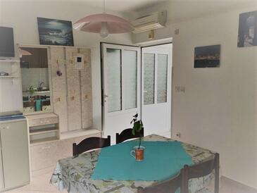 Banjol, Jídelna v ubytování typu apartment, s klimatizací a WiFi.