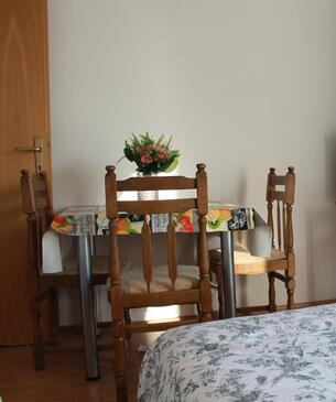 Brodarica, Dining room in the studio-apartment, WiFi.