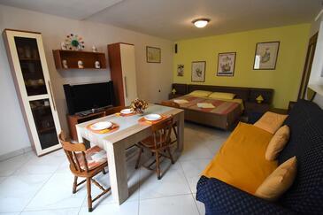 Pula, Salle à manger dans l'hébergement en type studio-apartment, climatisation disponible et WiFi.