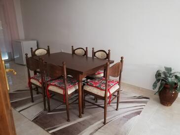 Novi Vinodolski, Salle à manger dans l'hébergement en type apartment, climatisation disponible et WiFi.