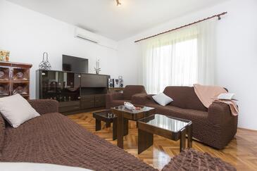 Vinež, Obývacia izba v ubytovacej jednotke apartment, klimatizácia k dispozícii a WiFi.