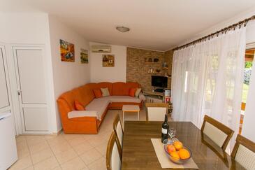 Radošić, Camera di soggiorno nell'alloggi del tipo house, condizionatore disponibile e WiFi.