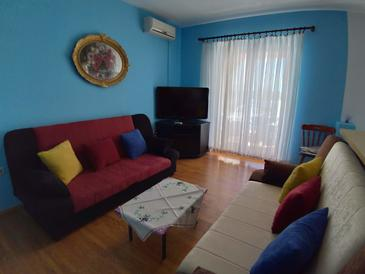 Njivice, Living room in the apartment, air condition available, (pet friendly) and WiFi.