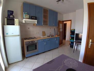 Njivice, Kuchyňa v ubytovacej jednotke apartment, domáci miláčikovia povolení a WiFi.