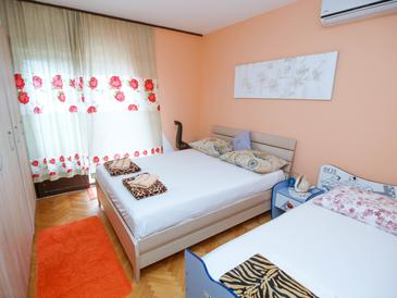 Drašnice, Bedroom in the room, air condition available, (pet friendly) and WiFi.