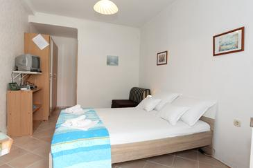 Pag, Bedroom in the studio-apartment, air condition available, (pet friendly) and WiFi.