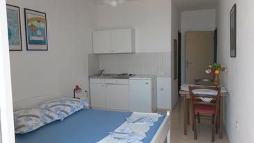 Tučepi, Bedroom in the studio-apartment, (pet friendly) and WiFi.