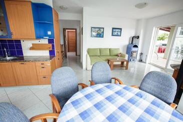 Šmrika, Obývací pokoj 1 v ubytování typu house, s klimatizací, domácí mazlíčci povoleni a WiFi.