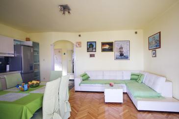 Podstrana, Obývacia izba v ubytovacej jednotke apartment, klimatizácia k dispozícii, domáci miláčikovia povolení a WiFi.