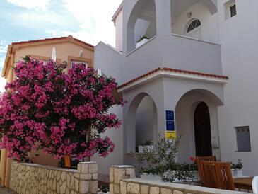 Pag, Pag, Объект 16100 - Апартаменты вблизи моря с галечным пляжем.