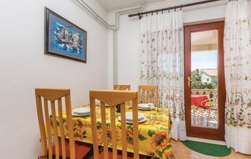 Cres, Jedáleň v ubytovacej jednotke apartment, klimatizácia k dispozícii a WiFi.