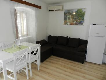 Omiš, Jedáleň v ubytovacej jednotke apartment, klimatizácia k dispozícii, domáci miláčikovia povolení a WiFi.
