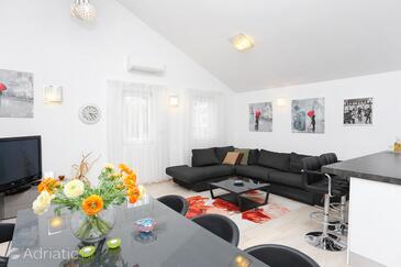 Trogir, Sala de estar in the apartment, air condition available y WiFi.
