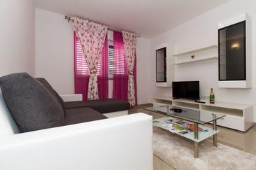 Vodice, Sala de estar in the apartment, air condition available, (pet friendly) y WiFi.